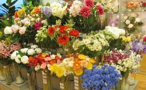 Искусственные цветы в оформлении